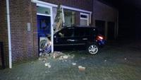 Auto rijdt dwars door gevel in Kaatsheuvel, zeker één gewonde