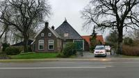 Persoon zwaar gewond na val onder zwaar hek in Donkerbroek