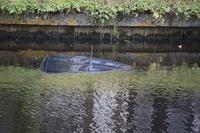 Auto te water na aanrijding in Wildervank, bestuurder heeft alleen nat pak + Video