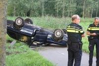 Auto belandt op de kop op fietspad in Schijndel; bestuurder door politie meegenomen