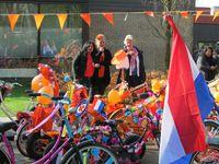 Koningsspelen 2015 - Wethouder Hoogezand-Sappemeer geeft startsein kleurrijk fietsdefilé